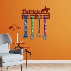 VIP 3D dřevěné obrazy do domácnosti na zakázku s motivem na přání - věšák na medaile, různé barvy